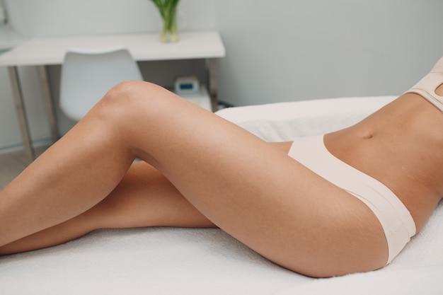 Лазерная эпиляция и косметология. процедура удаления волос косметологическая. лазерная эпиляция и косметология. концепция косметологии и spa.