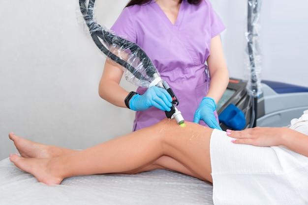 Лазерная эпиляция на красивых женских ногах в клинике красоты