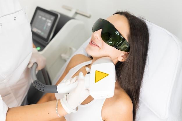 Лазерная эпиляция кожи лица. женщина в салоне эпиляции