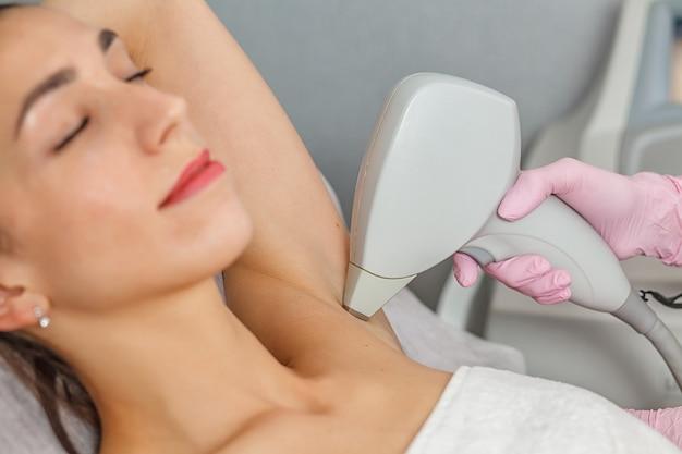Лазерная эпиляция безволосая гладкая и мягкая кожа уход за телом концепция лазерного ухода за кожей