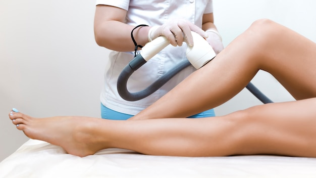 Лазерная эпиляция на коже ног. эпиляция в салоне красоты.