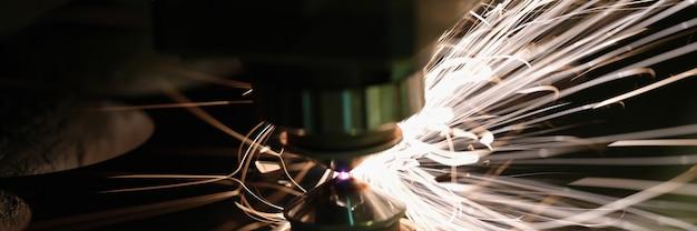 Лазерная резка металлического листа на заводе крупным планом
