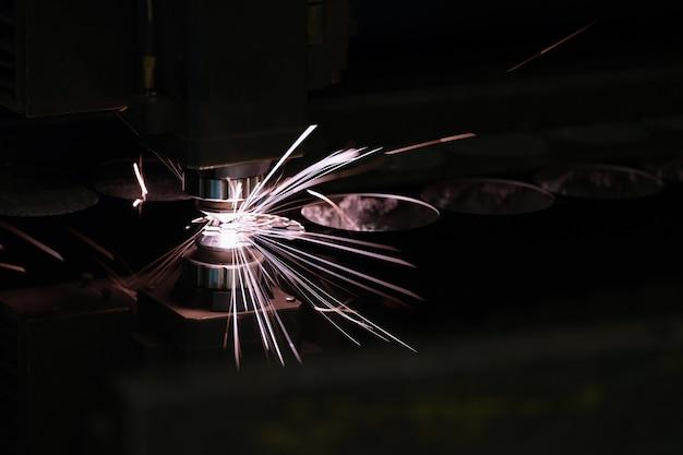 밝은 불꽃 근접 촬영으로 강판을 절단하는 레이저 기계