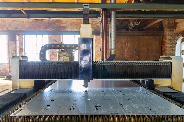 工場敷地内で板金を切断するためのレーザー加工機