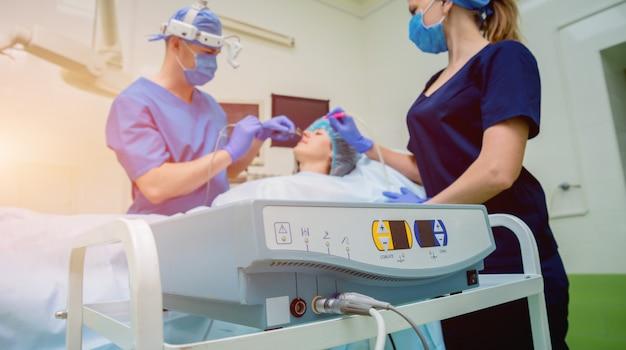 切除技術法による鼻甲介のレーザー気化内視鏡下副鼻腔手術。