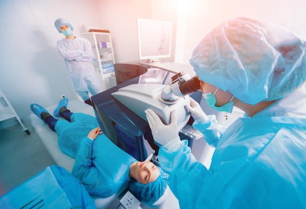 레이저 시력 교정. 안과 수술 중 수술실의 환자 및 외과 의사 팀