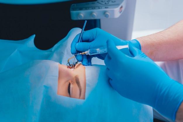 Лазерная коррекция зрения. пациент в операционной во время офтальмологической операции. зеркало век. лазик лечение.