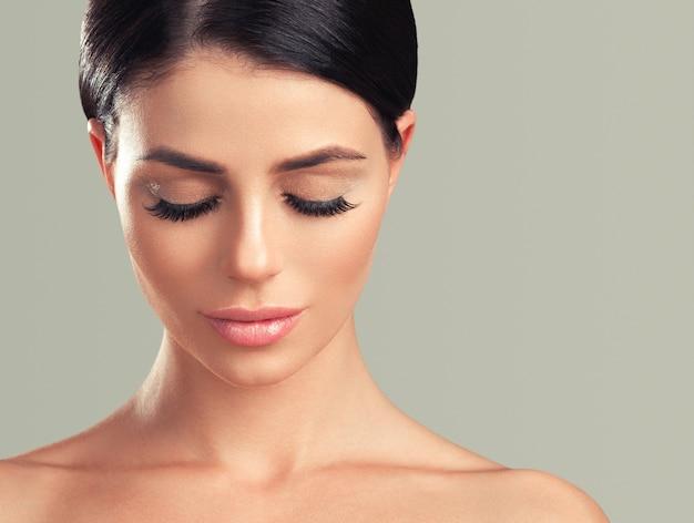 속눈썹 확장 여자 눈 매크로 아름다움 색 배경입니다. 스튜디오 촬영.