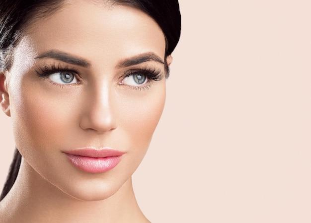 속눈썹 확장 여자 눈 매크로 아름다움입니다. 스튜디오 촬영. 색상 배경입니다.