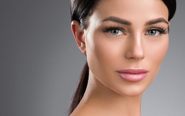 속눈썹 확장 여자 눈 매크로 아름다움입니다. 스튜디오 촬영.