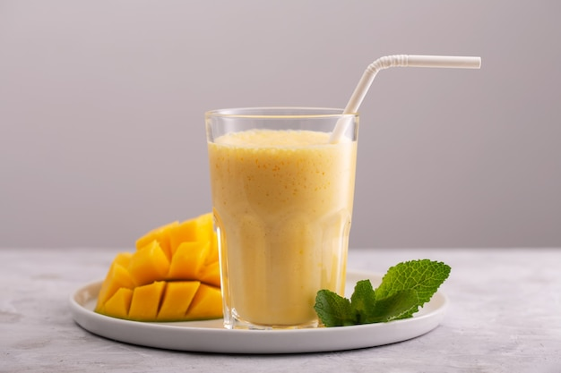Lassi는 망고와 얼음이 들어간 인기있는 전통 차가운 음료입니다.