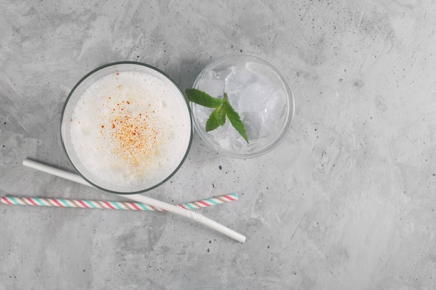 Lassi는 인기있는 전통적인 dahi, 요구르트 기반 차가운 음료입니다.
