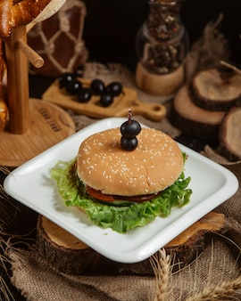 ?lassic hamburger with sesame bun
