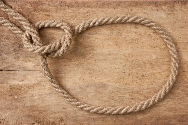 Веревка лассо на деревянном фоне
