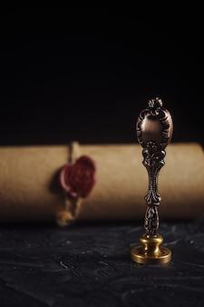 Завещание и печать нотариуса на темном столе крупным планом