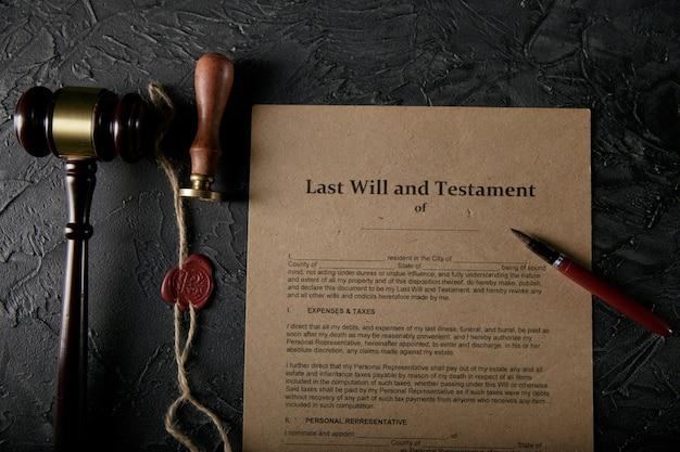最後の遺言と遺言文書に署名する準備ができました。ラストウィルドキュメントと万年筆のクローズアップ写真。