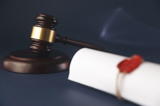 最後の遺言と、木製の裁判官の小槌を使った黄色い紙の遺言。ドキュメントはモックアップです