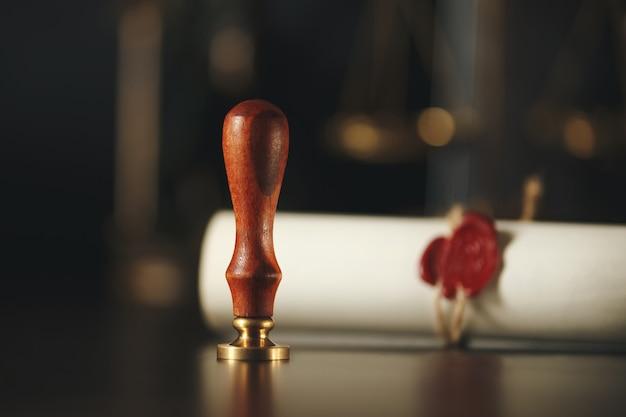 木製の裁判官の小槌の文書を使った最後の遺言と遺言はモックアップ