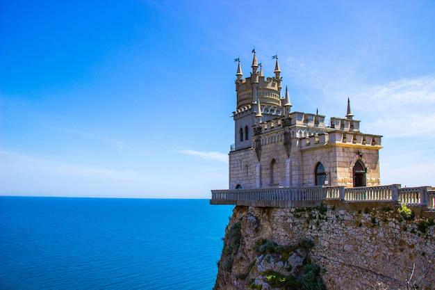 Дворец ласточкино гнездо. декоративный неоготический замок