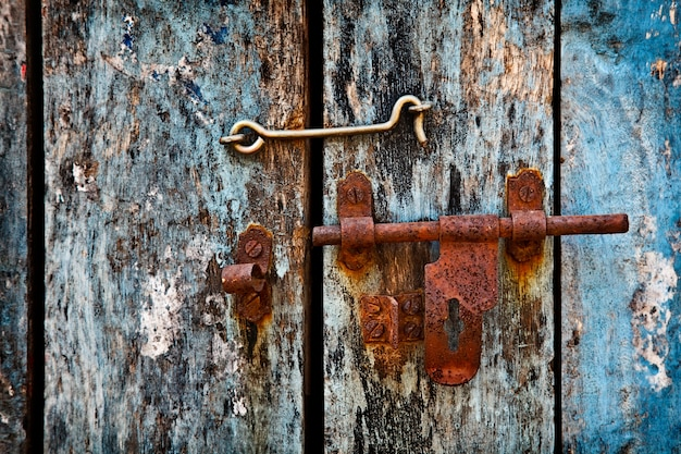 Защелка на двери