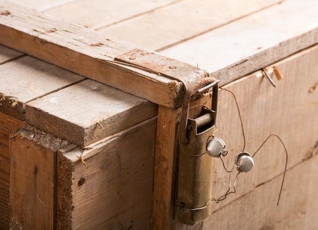 Защелка с пломбой на деревянном сундуке