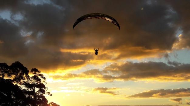 Полет на параплане во второй половине дня с драматическим небом