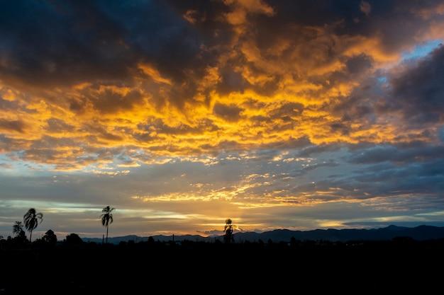 Поздний день с драматическим небом