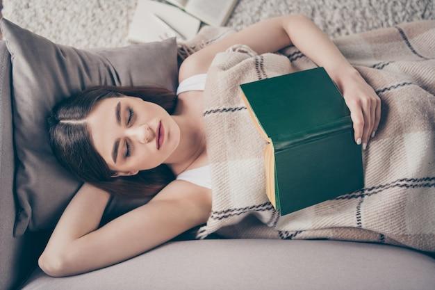 Концепция чтения книги поздно вечером