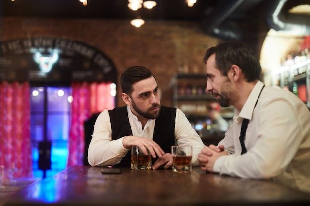 Поздно вечером общение в баре