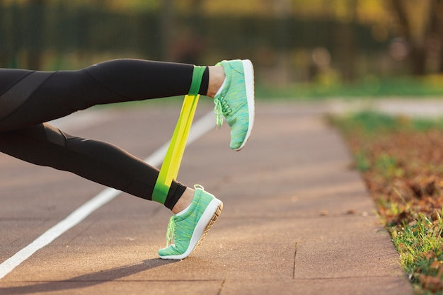 Gambe vista laterale facendo esercizi di fitness