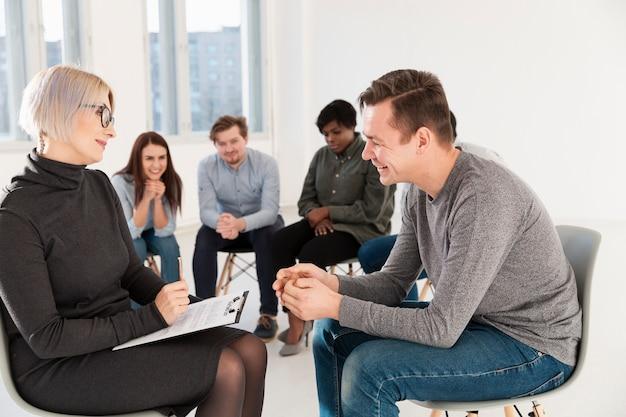 医師と話している患者を笑顔の側面図