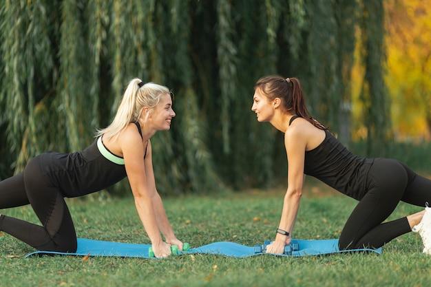Боковой вид женщина делает упражнения йоги