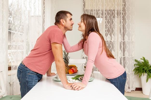Боковой вид молодая пара, глядя друг на друга