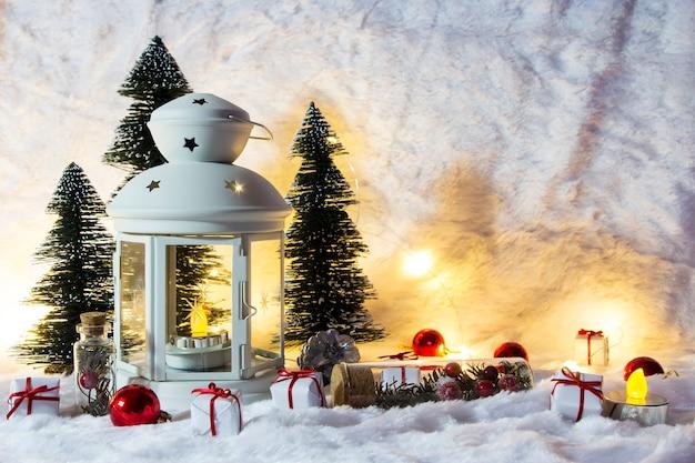 白いlaternとクリスマスの装飾