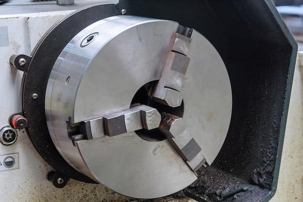 工場で旋盤。金属加工産業。重工業。