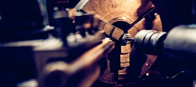 Lathe machine screw threading