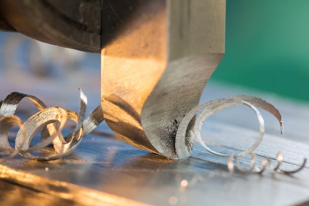 선반 금속 산업을 생산 및 공예로 전환합니다.