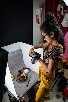 그녀의 스튜디오에서 일하는 라틴 아메리카 사진 작가