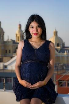 Латиноамериканские беременные женщины с фоном города