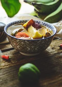 Латиноамериканский овощной суп с ингредиентами из моркови, чайота, сладкого картофеля, зеленого бананового перца