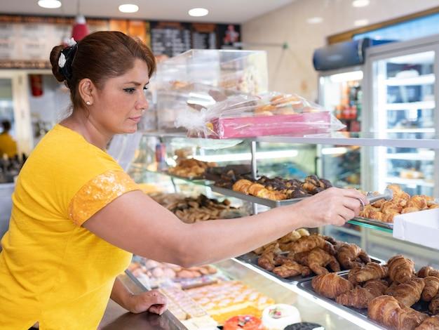 패스트푸드점에 있는 라틴 아메리카 여성