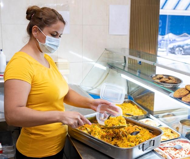 Латиноамериканская женщина, обслуживающая фаст-фуд в магазине