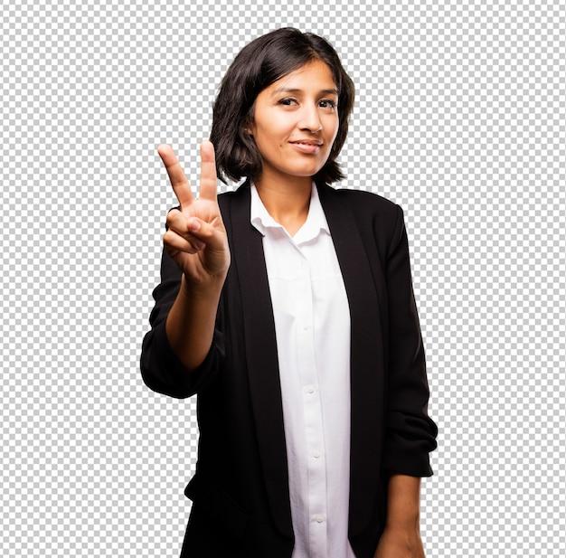 勝利のジェスチャーをしているラテンビジネス女性