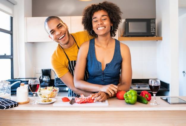 ラテンカップルが一緒にキッチンで料理。