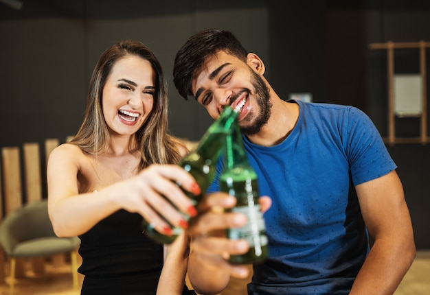 바에서 술을 마시는 라틴 커플
