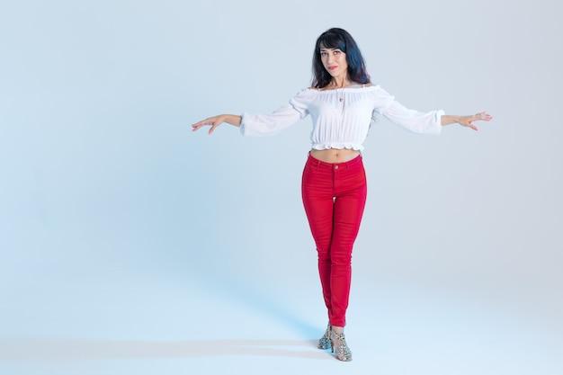 Латинский танец, современный танец, портрет молодой женщины