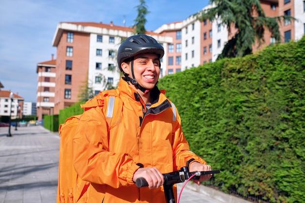 住宅街で電動スクーターを運転するラテン系配達人