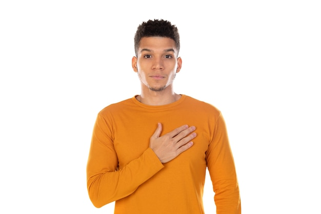 白い背景で隔離の短いアフロ髪のラテン男