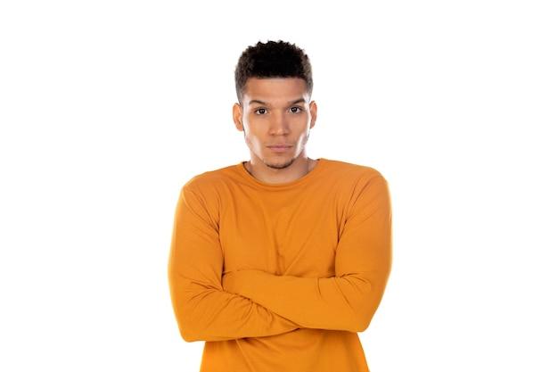 Латинский парень с короткими волосами афро, изолированные на белом фоне
