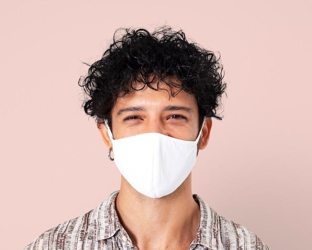 Uomo latino mockup psd che indossa una maschera facciale nella nuova normalità